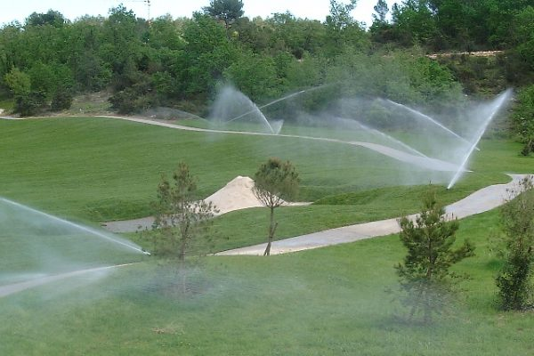 Pose de gazon naturel <br> Golf de Tourettes – Fayence